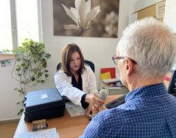 Pacient i doctora a la consulta