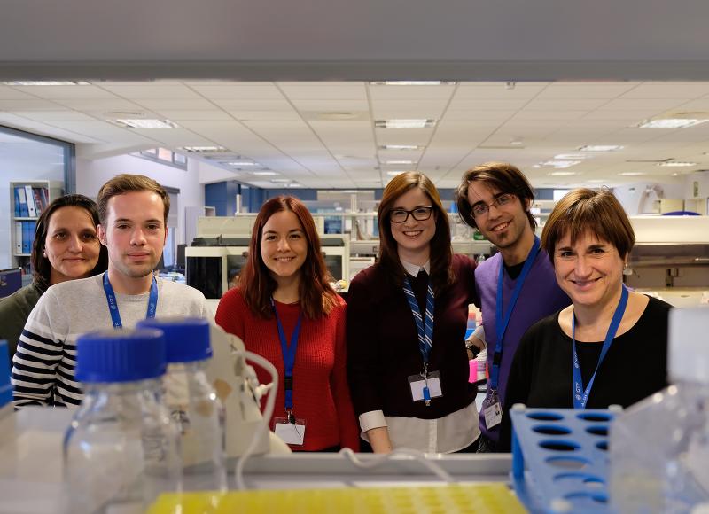 Membres del grup de treball al laboratori