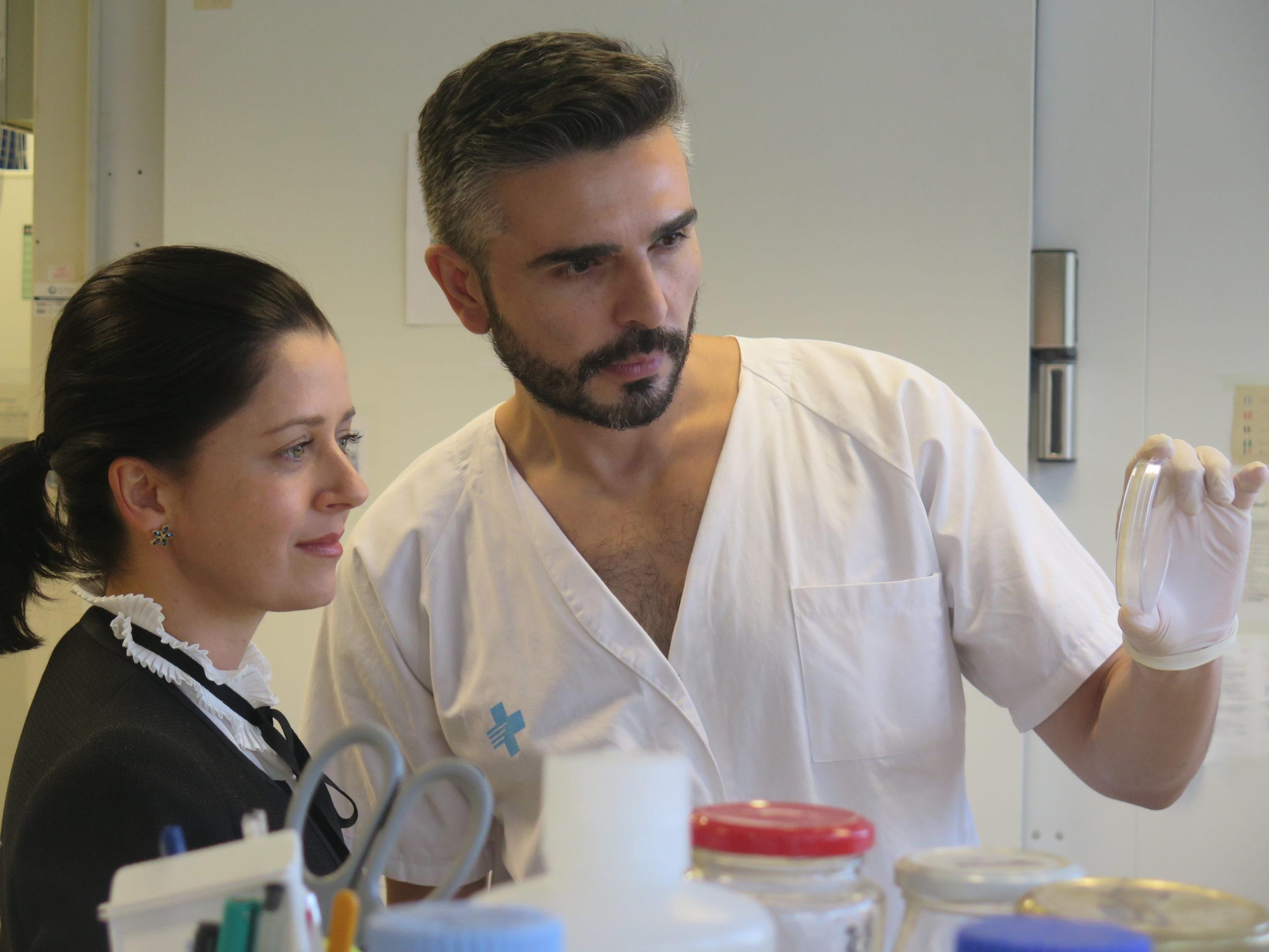 Dos professionals del laboratori