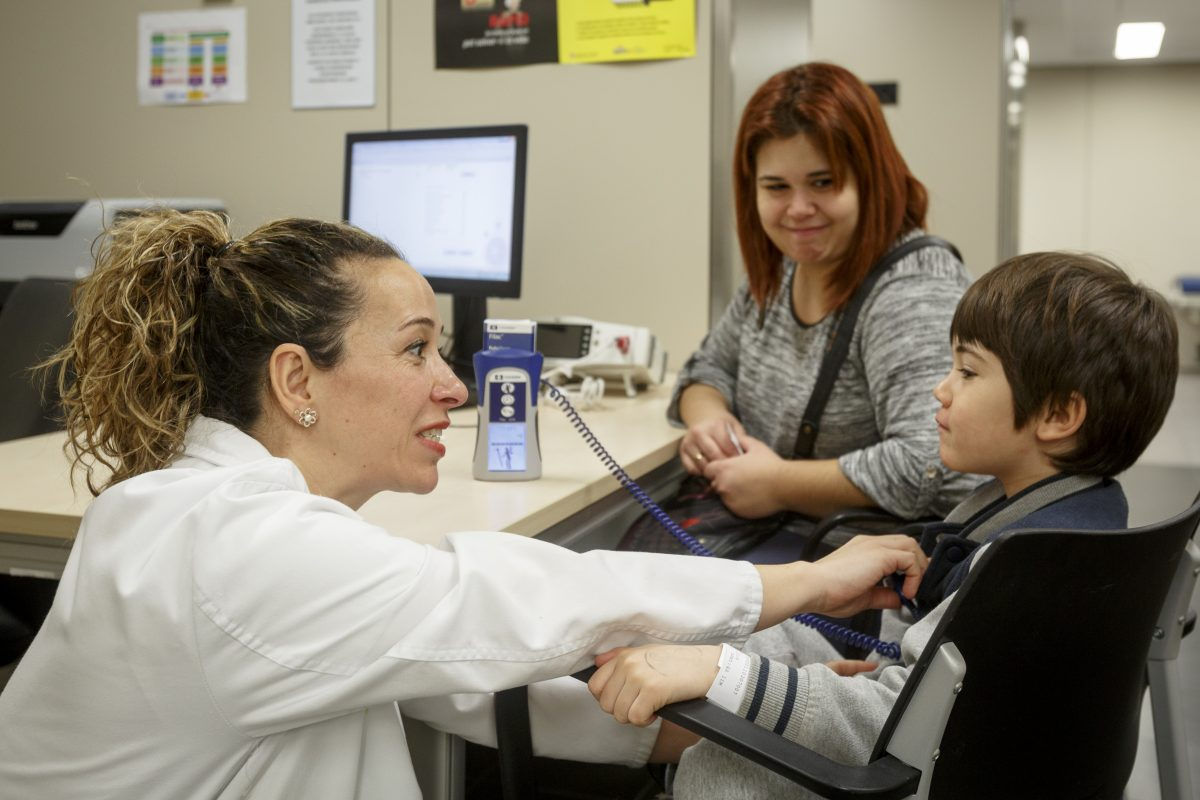 Metgessa atenent un nen a la consulta