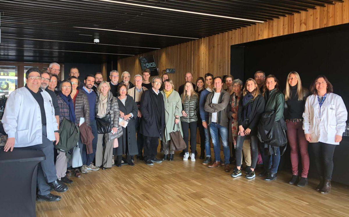 Foto d'un grup nombrós de persones després d'una visita