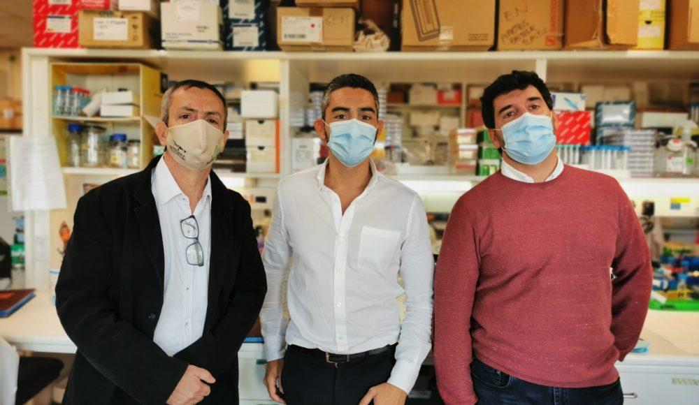 Tres miembros del grupo de investigación en el laboratorio