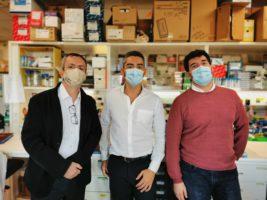 Tres membres del grup de recerca al laboratori