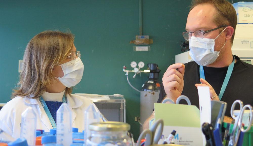 Científics amb mascareta al laboratori